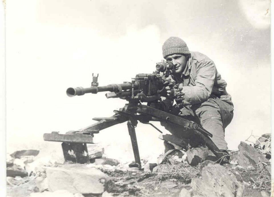 soldats soviétiques A-russian-soldier-mans-a-nsv-machine-gun-during-the-soviet-afghan-war-jpg