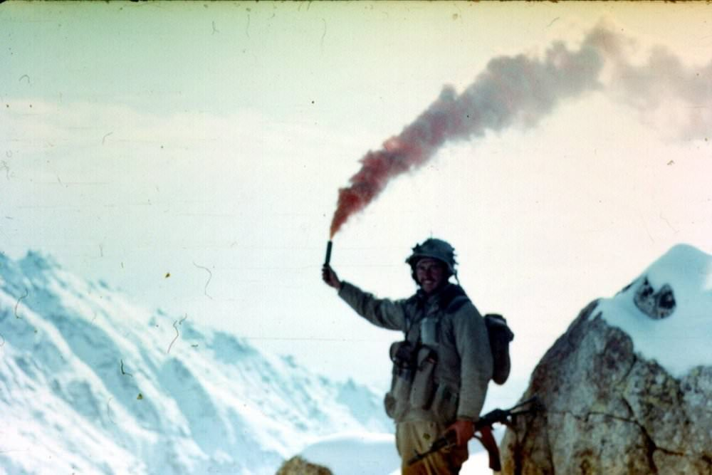soldats soviétiques A-soviet-soldier-from-the-345th-guards-airborne-regiment-lights-a-flare-at-the-top-of-a-mounta-jpg