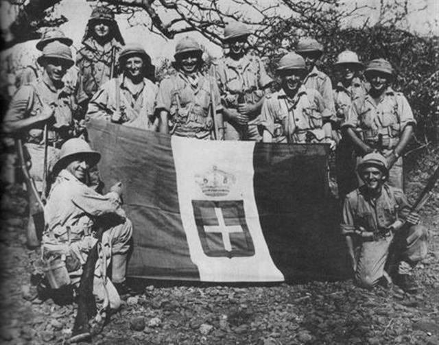 Soldiers of the 1st Infantry Division captured italian flag East Africa, 1941.jpg