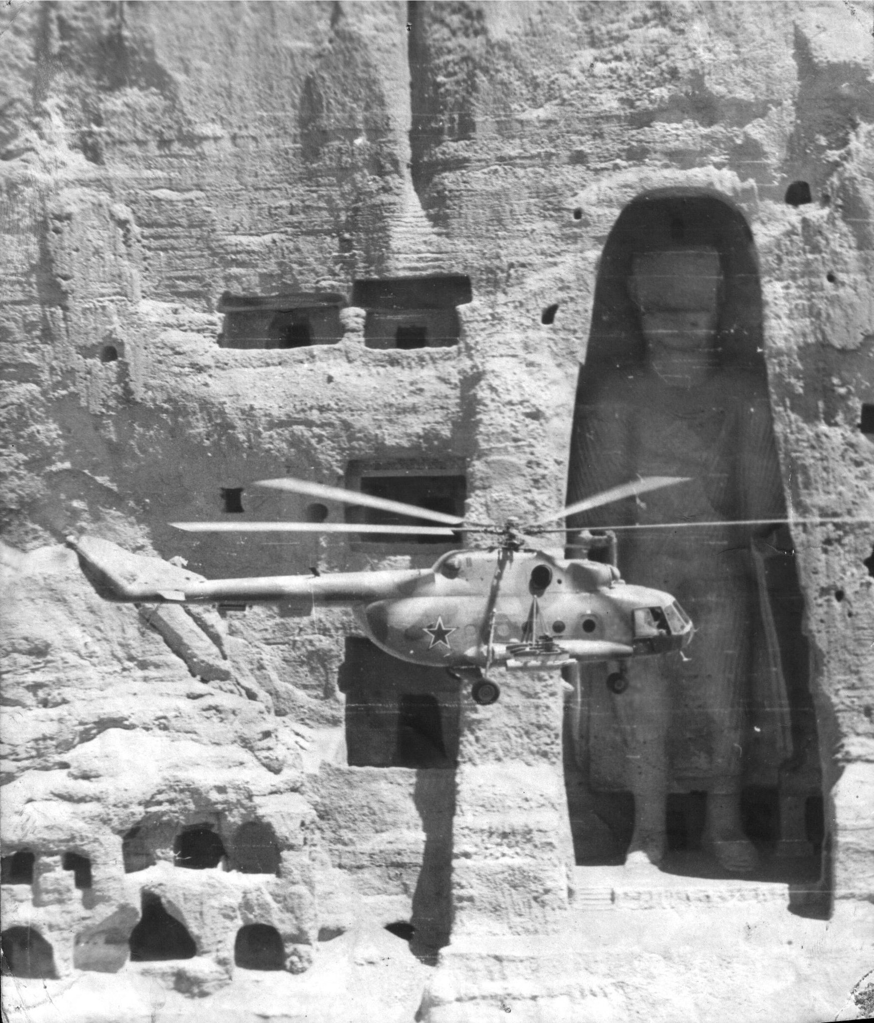 avions et hélicoptères soviétique Soviet-helicopter-flying-past-one-of-the-buddhas-of-bamiyan-during-soviet-war-in-afghanistan-jpg