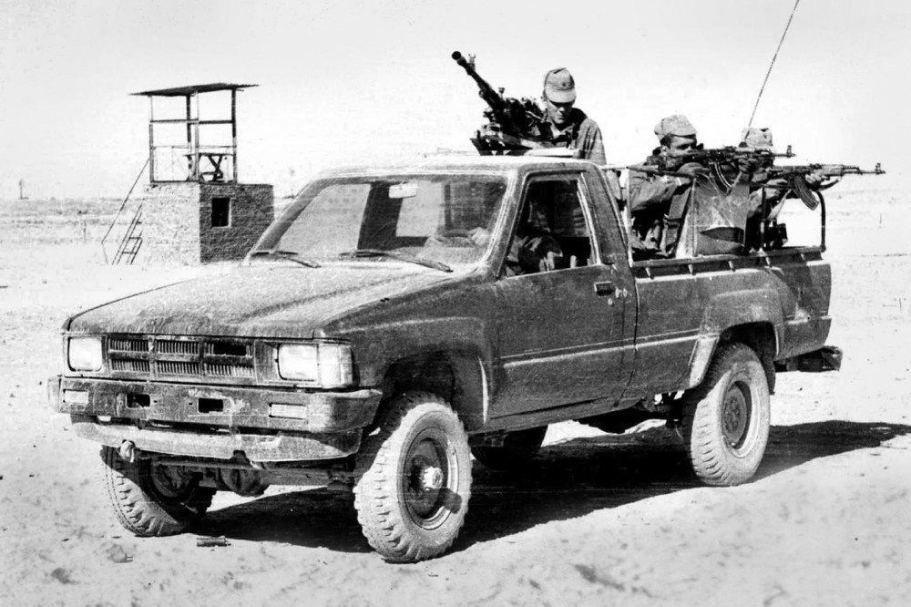 soldats soviétiques Soviet-spetsnaz-gru-operatives-riding-an-armed-toyota-pickup-captured-from-the-mujahideen-du-jpg